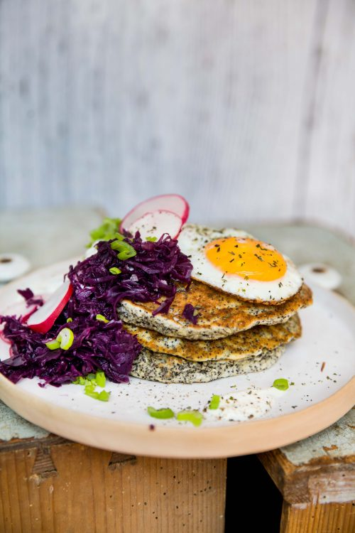 Bild für Pikante Mohn-Pancakes mit rotem Kraut
